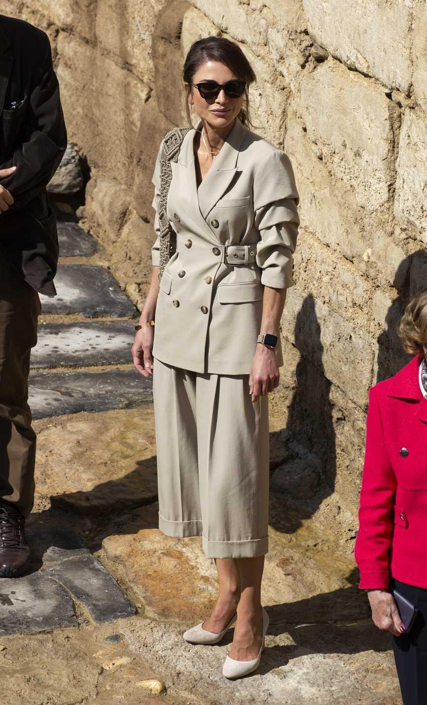 Rania de Jordania con chaqueta sahariana y pantalones culotte en las ruinas de Al Maghtas