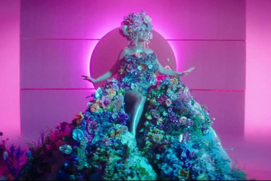 Katy Perry vestida con flores en su último videoclip