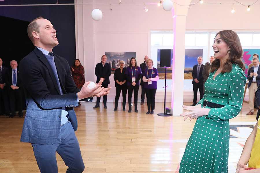Guillermo de Inglaterra hace malabares y Kate Middleton se ríe