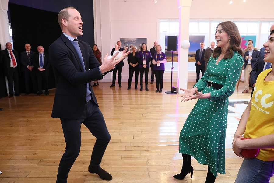 El Príncipe Guillermo hace malabares delante de Kate Middleton