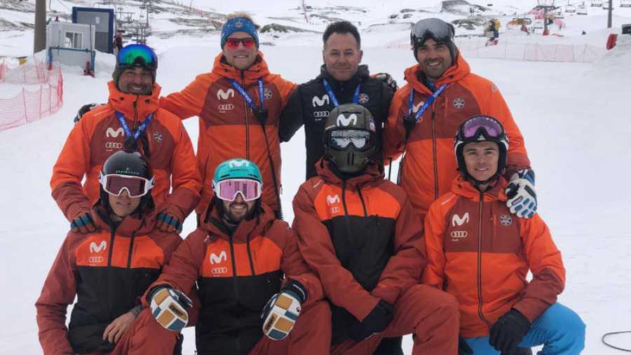 Lucas Eguibar, Regino Hernández, Bernat Ribera y Marc Roure posan junto al equipo de snowboardcross español en Sierra Nevada.