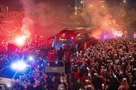 Cientos de aficionados del Granada reciben al autobús del equipo a su llegada a los Cármenes