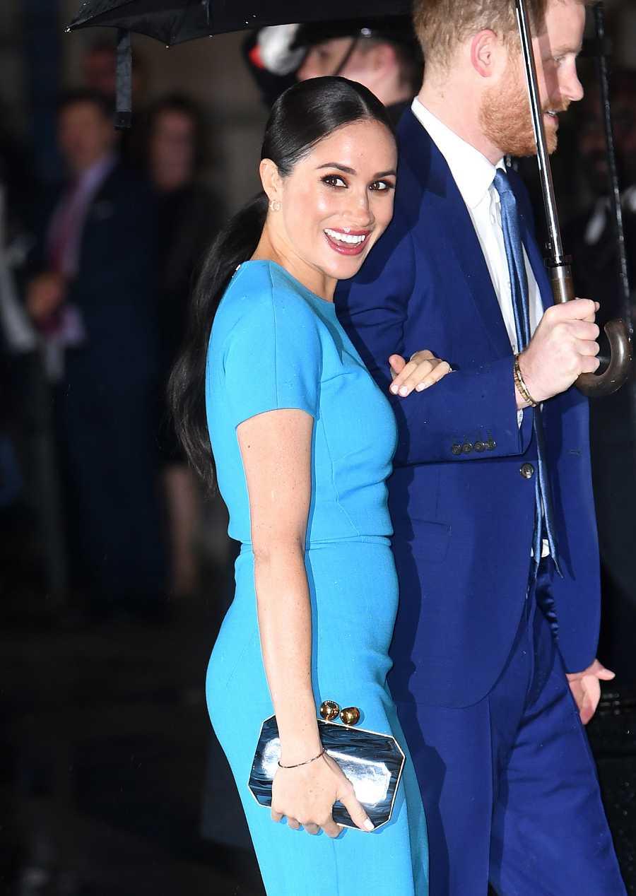 Meghan Markle sonríe a los fotógrafos en su reaparición ante los medios en Inglaterra