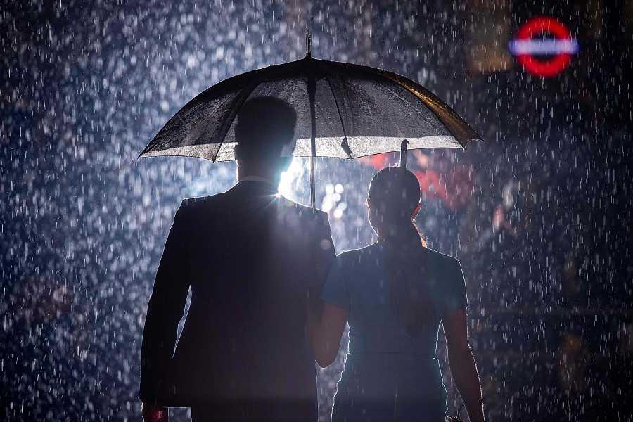 El Príncipe Harry y Meghan Markle posan ante los fotógrafos bajo la lluvia el día de su reaparición en Inglaterra