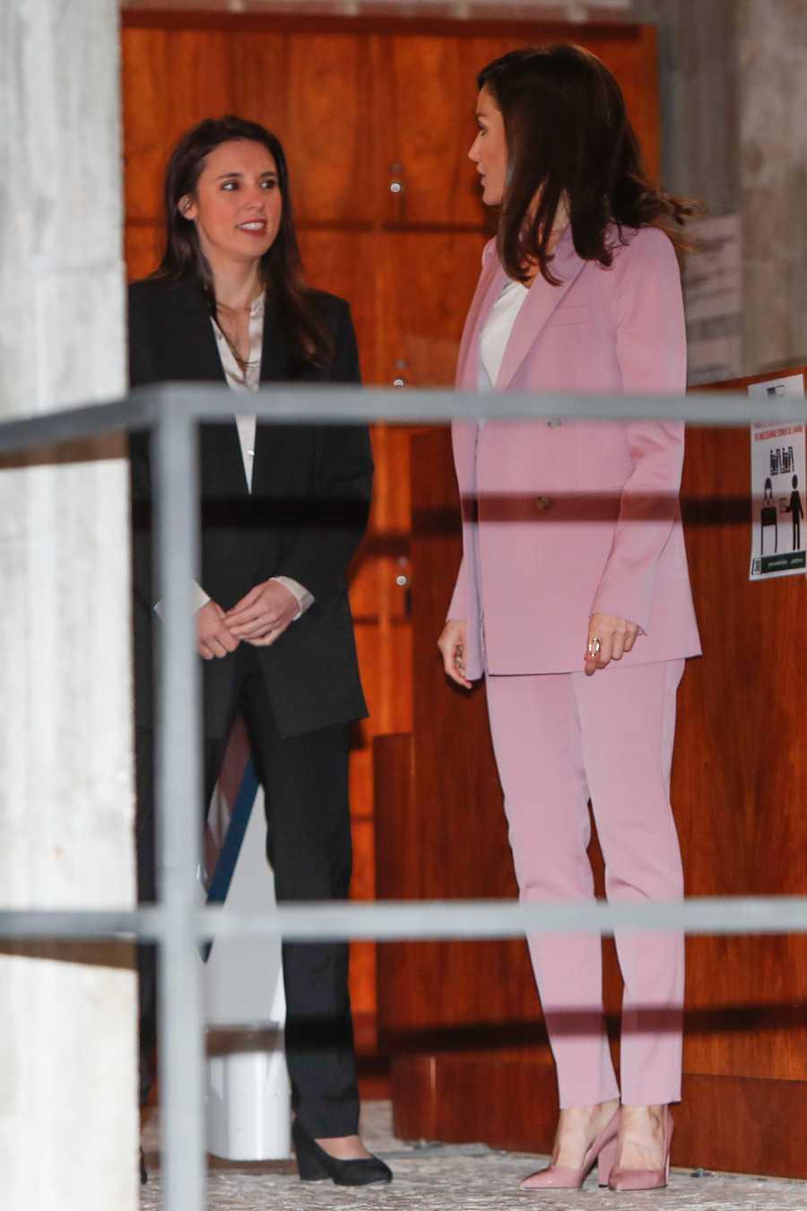 Irene Montero, Ministra de Igualdad y la Reina Letizia en una acto de APRAMP. Juntas por primera vez coinciden en la elección de traje de chaqueta como atuendo