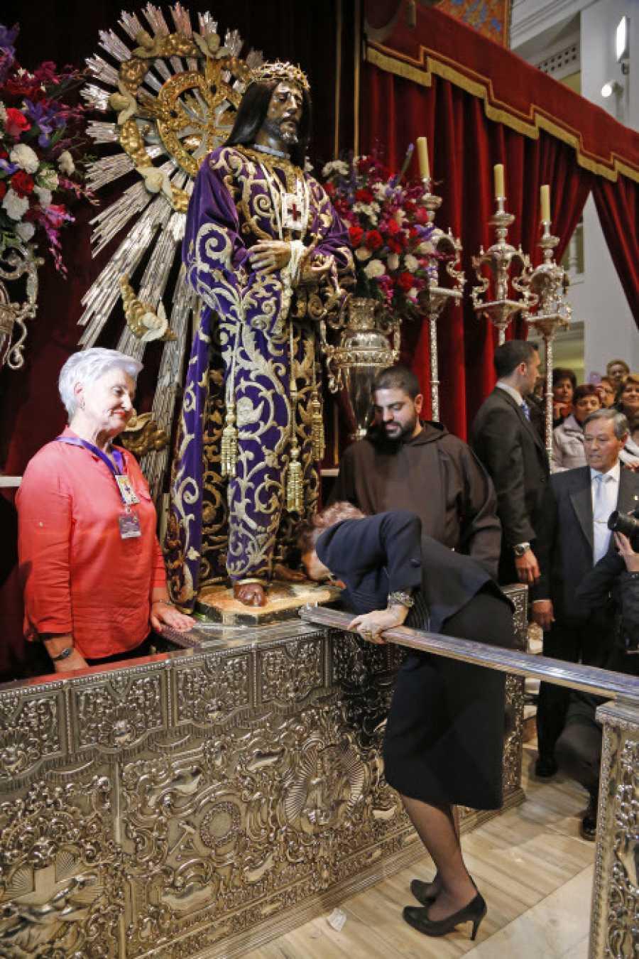 La Reina Sofía besa el pie del Cristo de Medinaceli en 2015