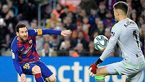 Leo Messi, del FC Barcelona, dispara a puerta ante Remiro, de la Real Sociedad.