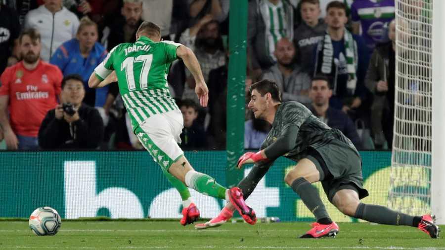 Joaquín se marcha de Courtois antes de fallar el gol cantado