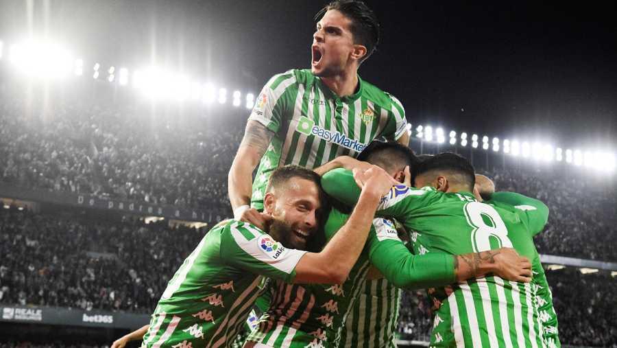 Los jugadores del Real Betis celebran el gol de Cristian Tello