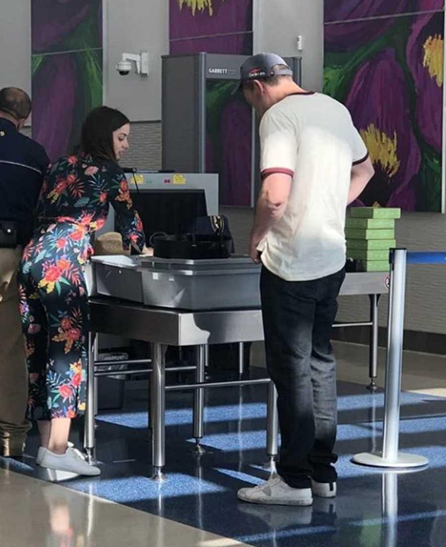 Ana de Armas y Ben Affleck pasan un control en el aeropuerto de La Habana