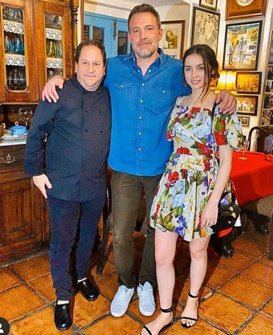 Ben Affleck y Ana de Armas posan en un restaurante de La Habana con un fan