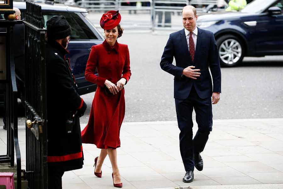 La duquesa de Cambridge ha elegido un vestido rojo burdeos para el acto del día de la Commonwealth