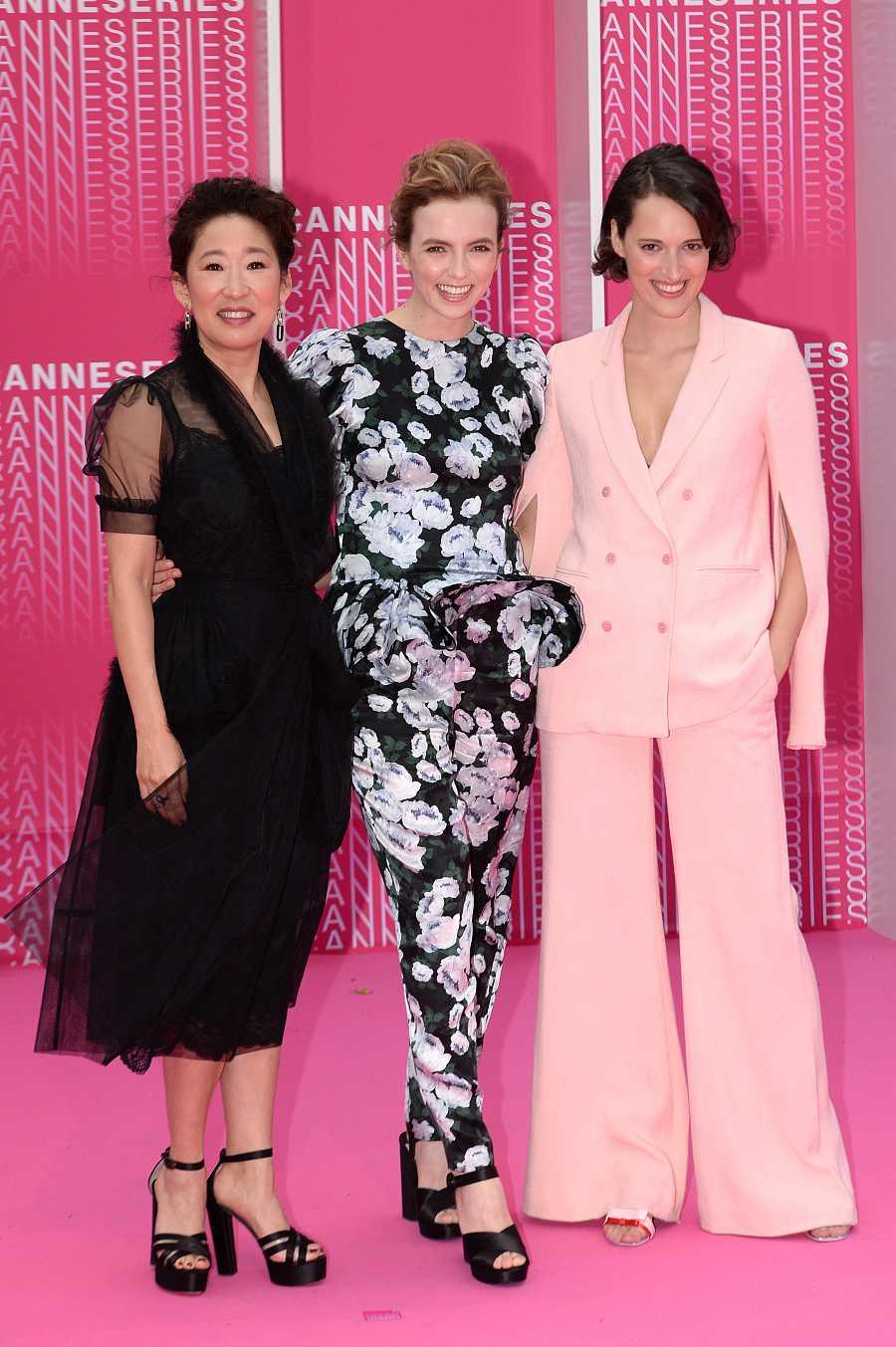 Sandra Oh y Jodie Comer junto a la creadora de la serie, Phoebe Waller-Bridge, en un traje rosa
