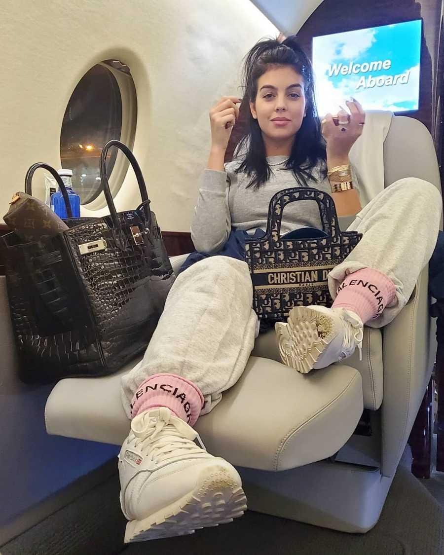 Georgina Rodríguez con un chandal de Pretty Little Thing, calcetines de Balenciaga, bolso de Chistian Dior y zapatillas Classic Leather de Reebook.
