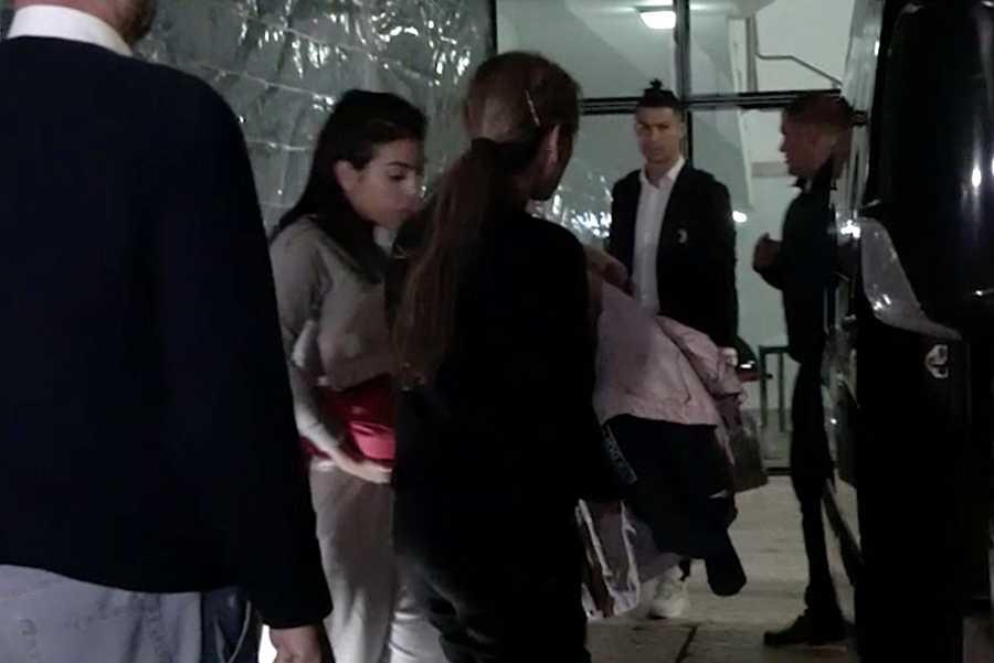 El futbolista Cristiano Ronaldo con Georgina Rodríguez a su llegada al aeropuerto de Madeira.