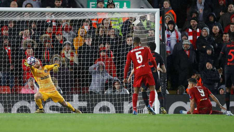 Oblak detiene un disparo a bocajarro del delantero del Liverpool, Roberto Firmino