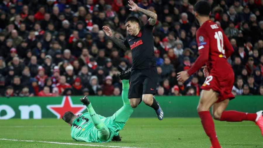 Adrián San Miguel, portero del Liverpool detiene un rechace que casi alcanza Correa