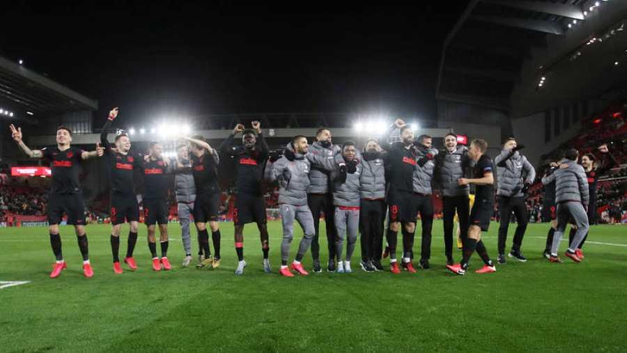Los jugadores del Atlético de Madrid celebran el pase a cuartos tras eliminar al Liverpool en Anfield