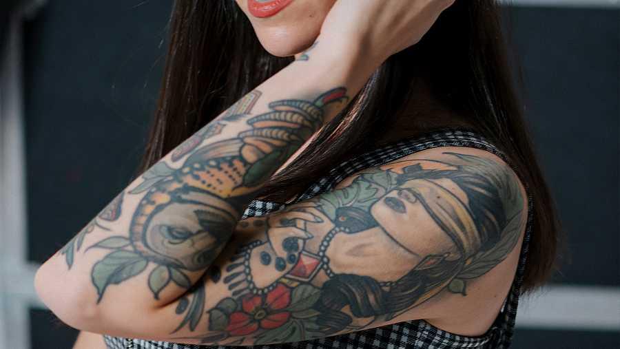 El tatuaje que tiene en el brazo Bely Basarte de la chica con los ojos vendados duró 7 horas