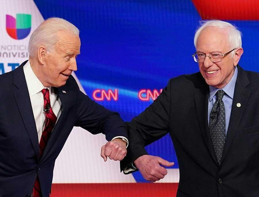 Biden y Sanders se saludan con un toque de codos para evitar contagios por el coronavirus