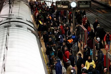 Aglomeración de viajeros en Atocha, este martes