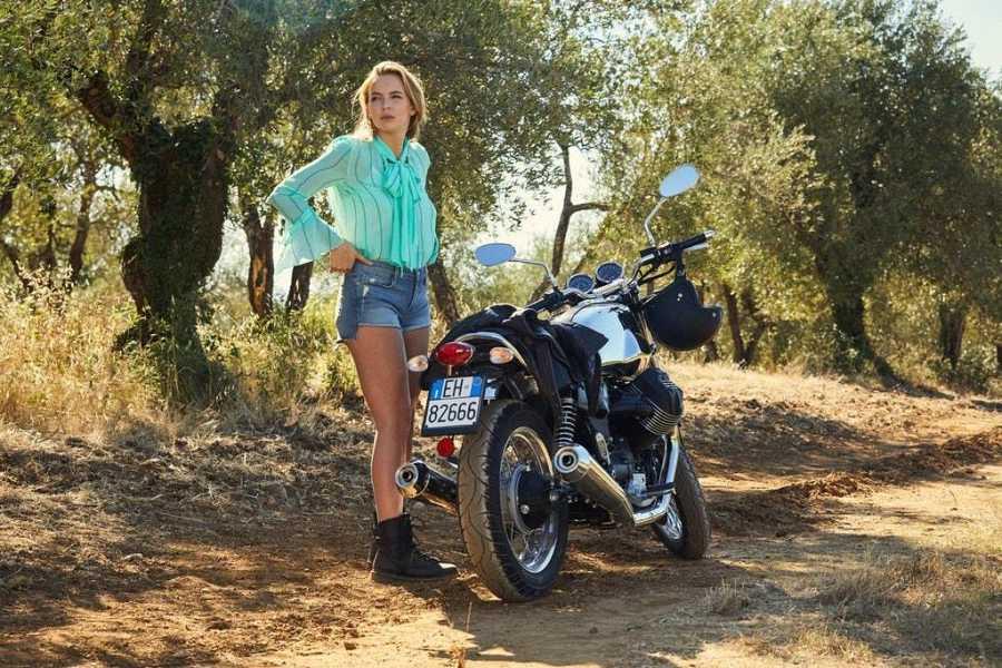 Con una blusa de Chloé y unos shorts de Paige, Villanelle viaja a la Toscana para cometer un crimen