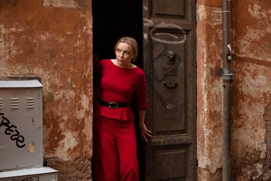 Jodie Comer interpreta en 'Killing Eve' a esta asesina de rojo