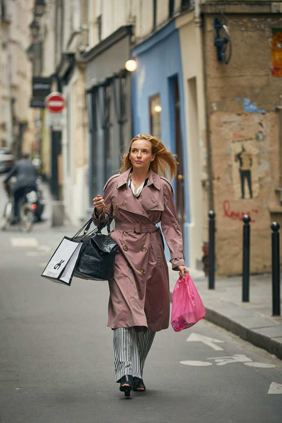 La asesina sale de compras con una gabardina de Burberry y zapatos abiertos de Balenciaga