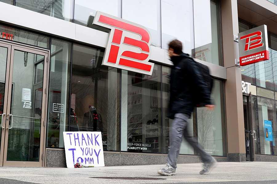 Imagen de un centro de rehabilitación de Tom Brady en Boston con carteles de agradecimiento