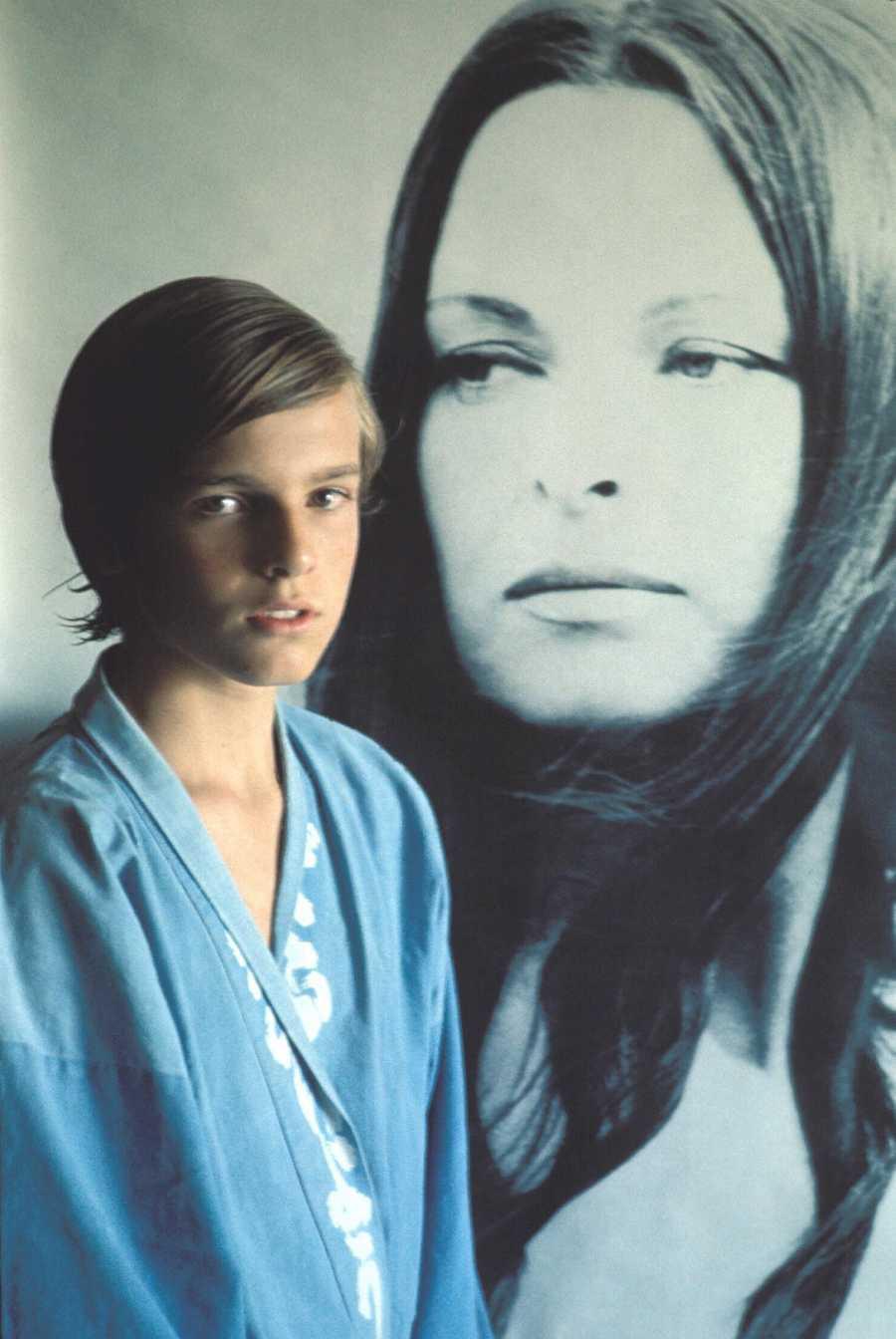 Miguel Bosé junto a un retrato de su madre