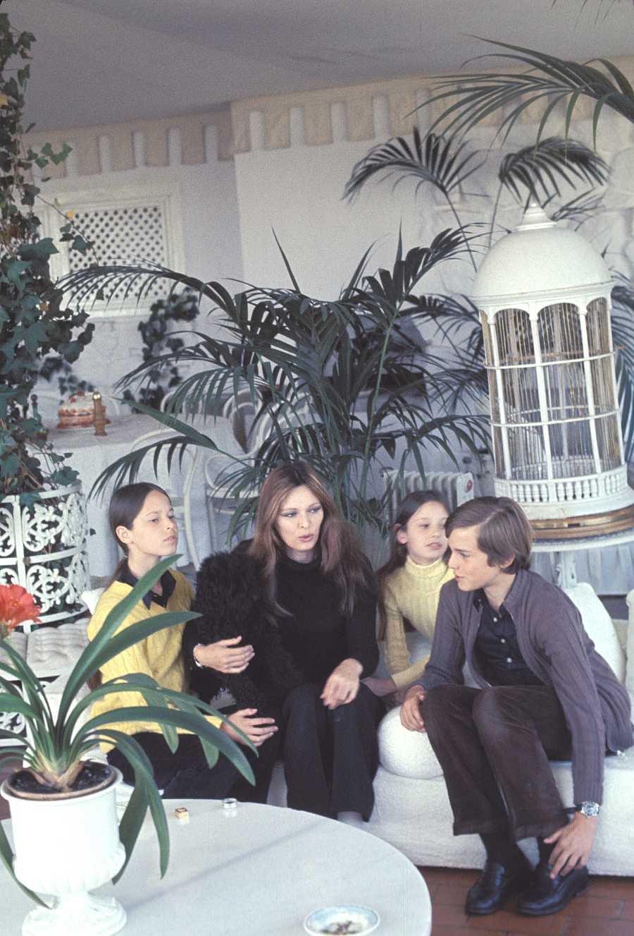 Lucía Bosé con sus hijos