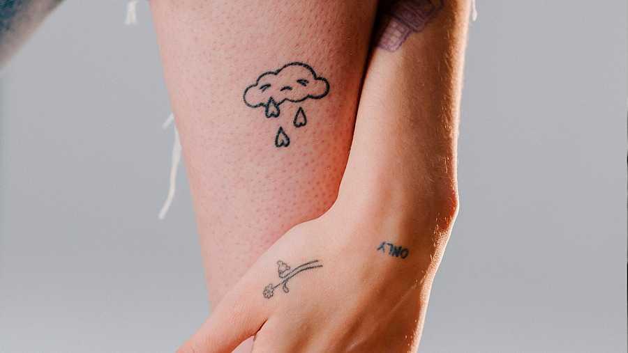 El tatuaje de la nube de Natalia Lacunza es el logo de su próximo EP