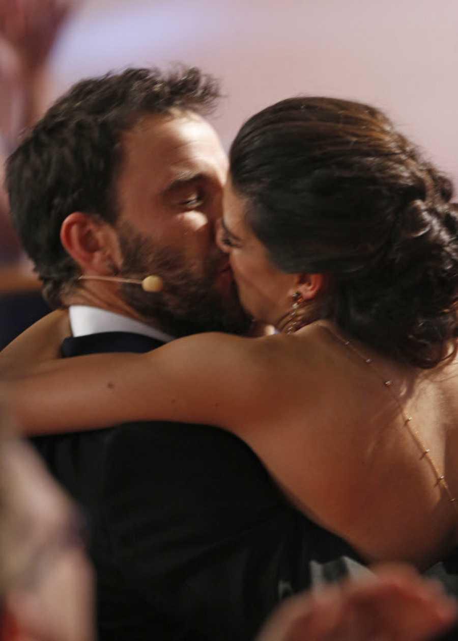 Dani Rovira recibe el efusivo beso de Clara Lago al ganar el Goya en 2015