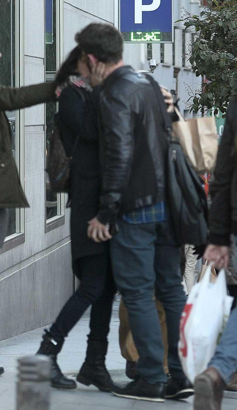 Clara Lago y Dani Rovira se besan en las calles de Madrid después de haber salido a comer