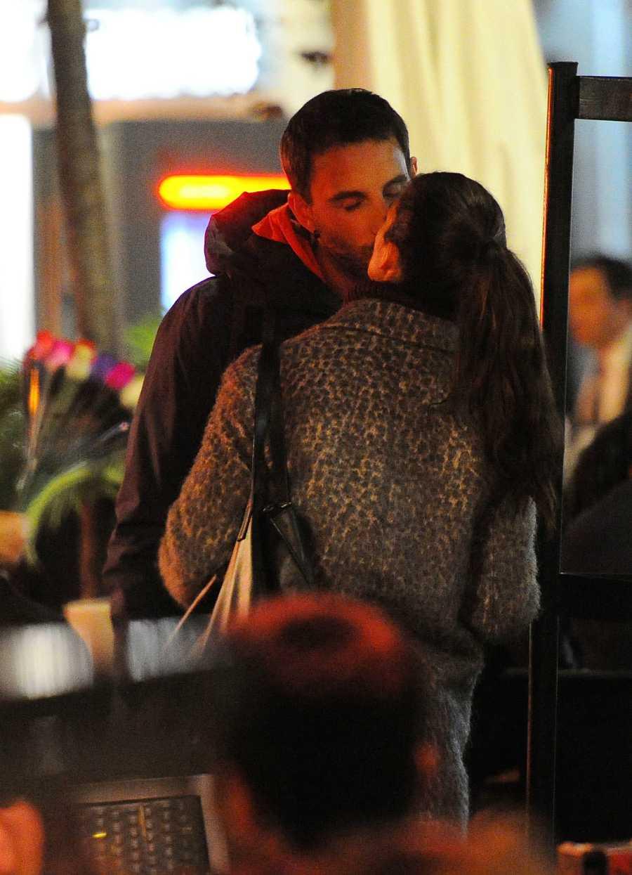 Dani Rovira y Clara Lago se besan en las calles de Madrid