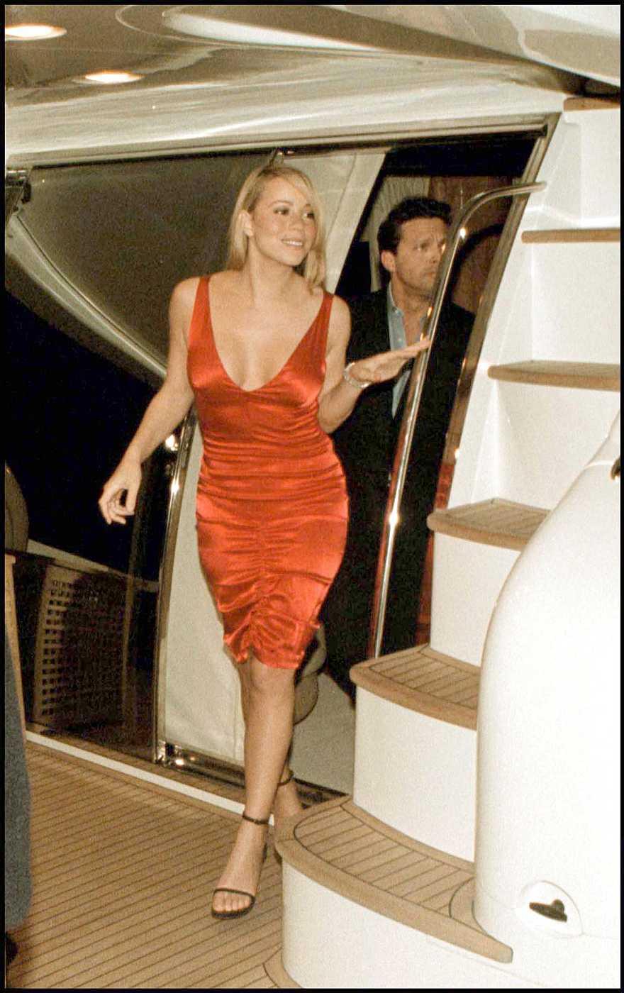 Mariah Carey bajando de un lujoso yate en Marbella
