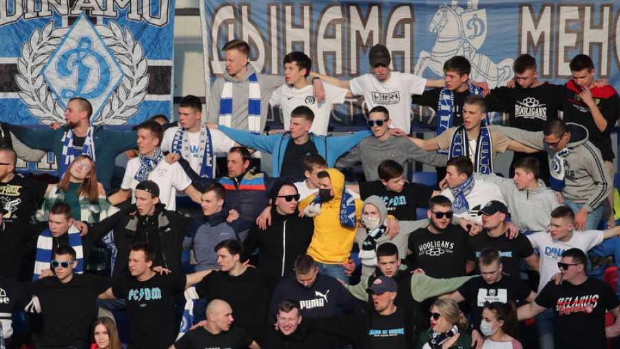 Aficionados del Dinamo de Minsk en el derbi capitalino