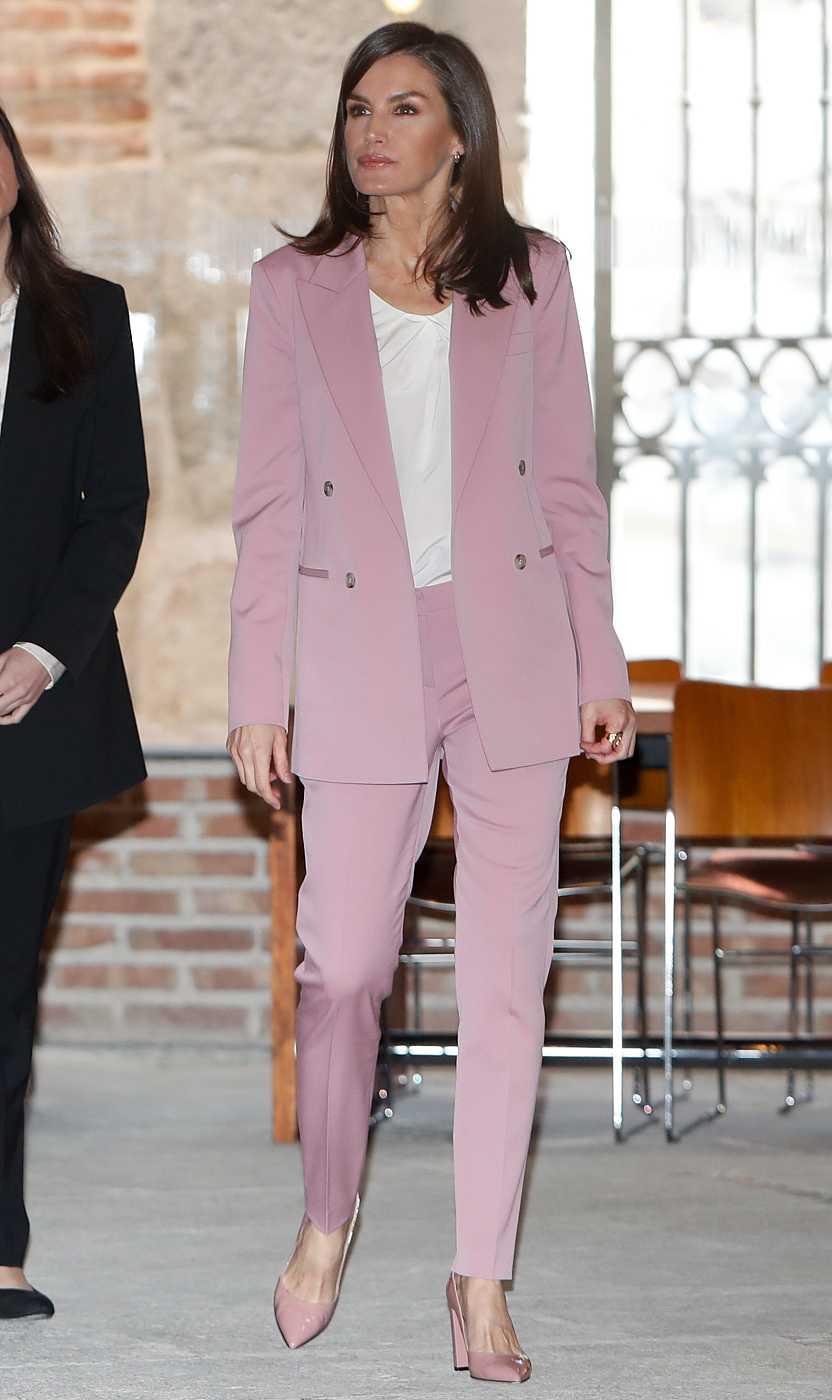 En el acto en el que coincidió con Irene Montero la veíamos lucir este icónico traje rosa como símbolo de la mujer