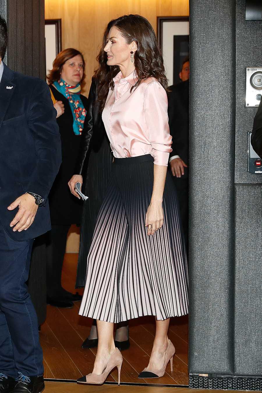 También de rosa en un acto a principios de marzo, con falda plisada de Reiss y blusa de Zara