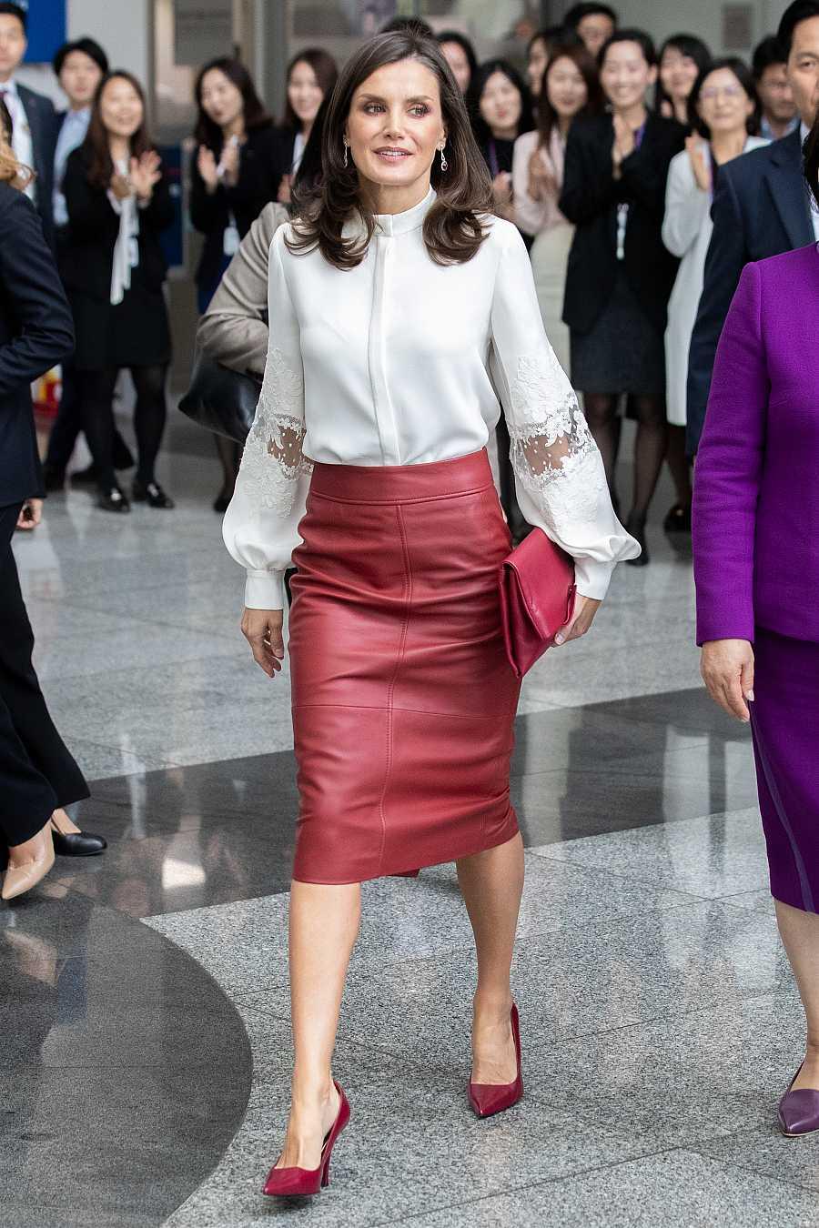 Meghan Markle también tiene esta falda de tubo de cuero rojo, firmada por Hugo Boss