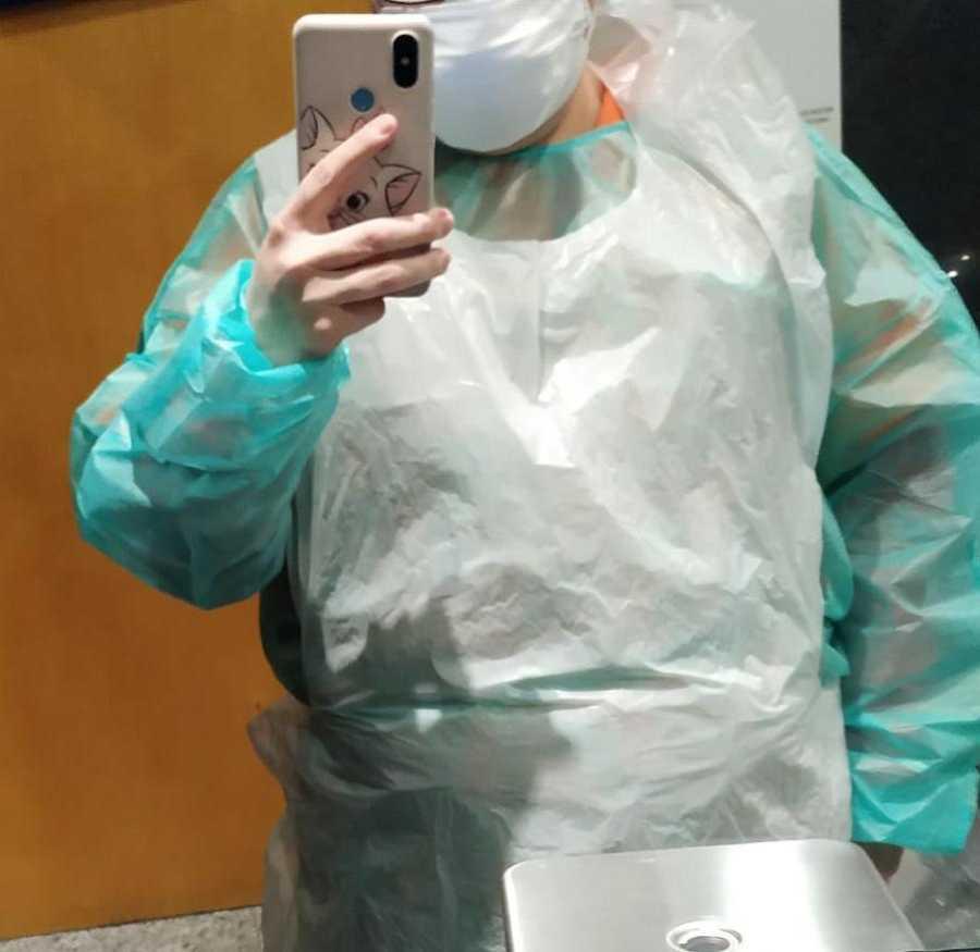 Una de las sanitarias que trabaja en IFEMA muestra el delantal de plástico con el que tiene que trabajar ante la falta de equipos de protección.
