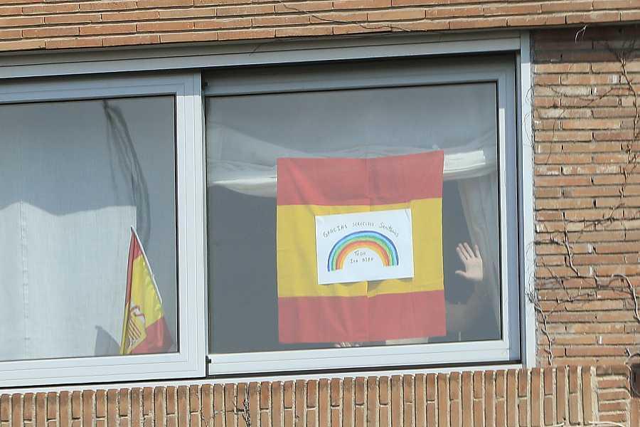 Ventana de la casa de la Infanta Elena con un mensaje de ánimo a los sanitarios españoles y a sus vecinos donde se lee