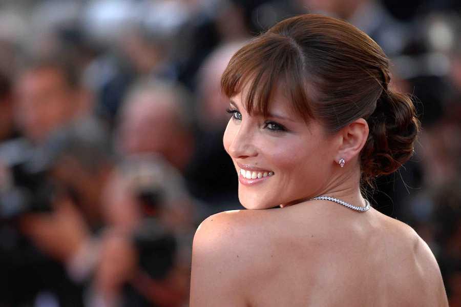 Elsa Pataky en el festival de Cannes de 2009 con look moreno y con flequillo