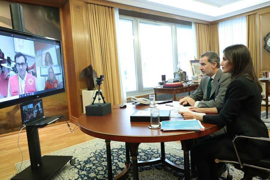 Despacho del rey Felipe VI. Con el cuadro de Salvador Dalí, 'El atleta cósmico' detrás de la pantalla de videoconferencias