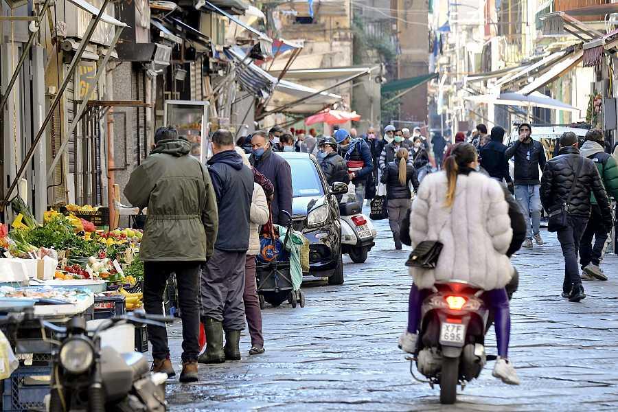 Coronavirus en Italia: Gente en el mercado de Porta Nolana, en Nápoles, supuestamente haciendo la compra.