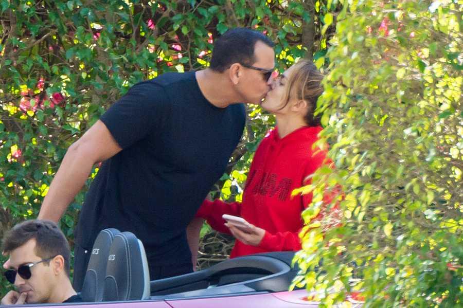 Álex Rodríguez y Jennifer López se besan en la calle