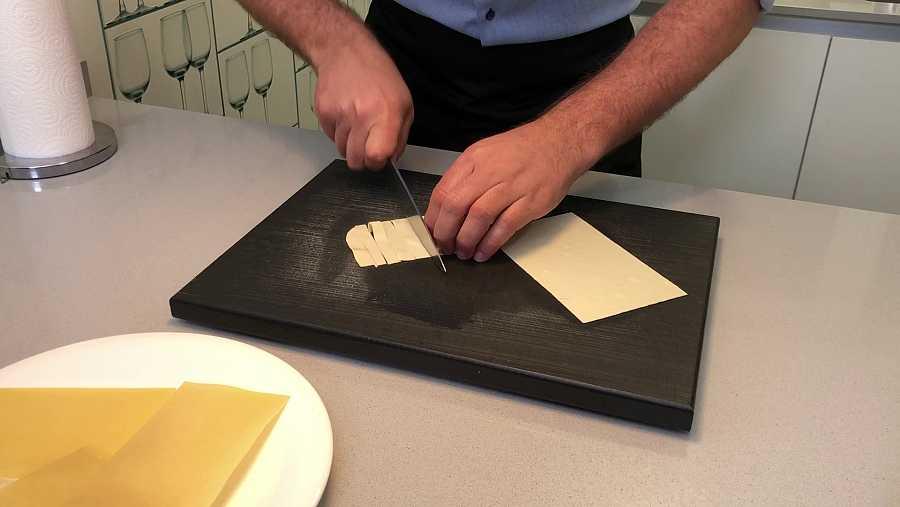 Cortamos las láminas de la lasaña en tiras para hacer el aperitivo
