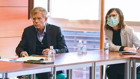 Bruce Aylward, en una reunión con la directora de Salud Pública de Castilla-La Mancha