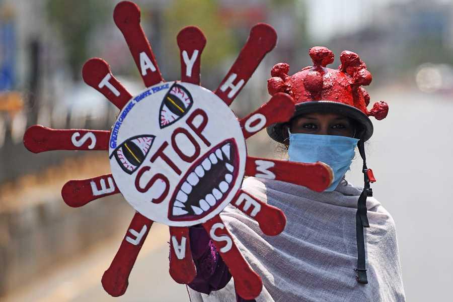 Un voluntario disfrazado advierte contra el coronavirus en una ciudad india