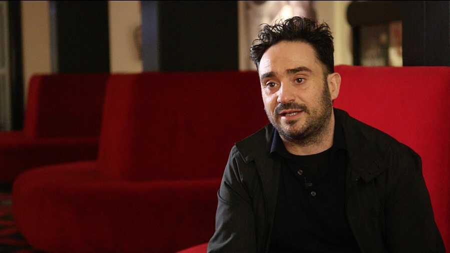 Juan Antonio Bayona a les butaques d'un cinema parlant pel documental 'Cinema Mon Amour'